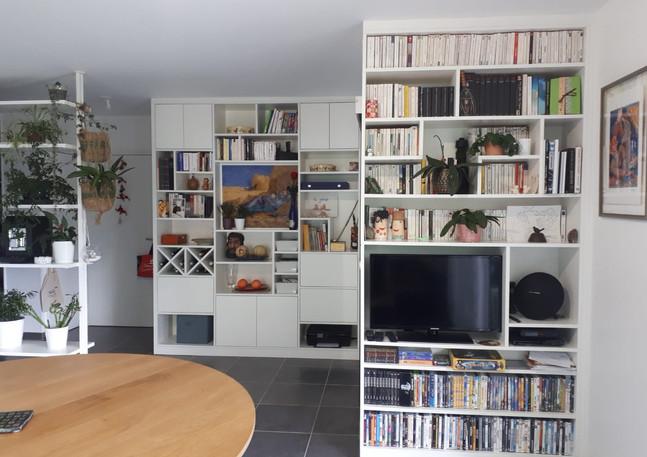 Bibliothèque salon sur 2 pans de mur