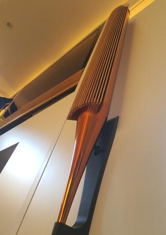 Enceintes suspendues sur porte du meuble