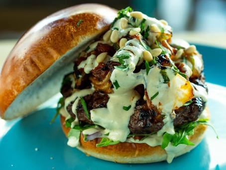 המבורגר עם סלט ירקות שרופים וטחינה עמבה- Benz Brothers