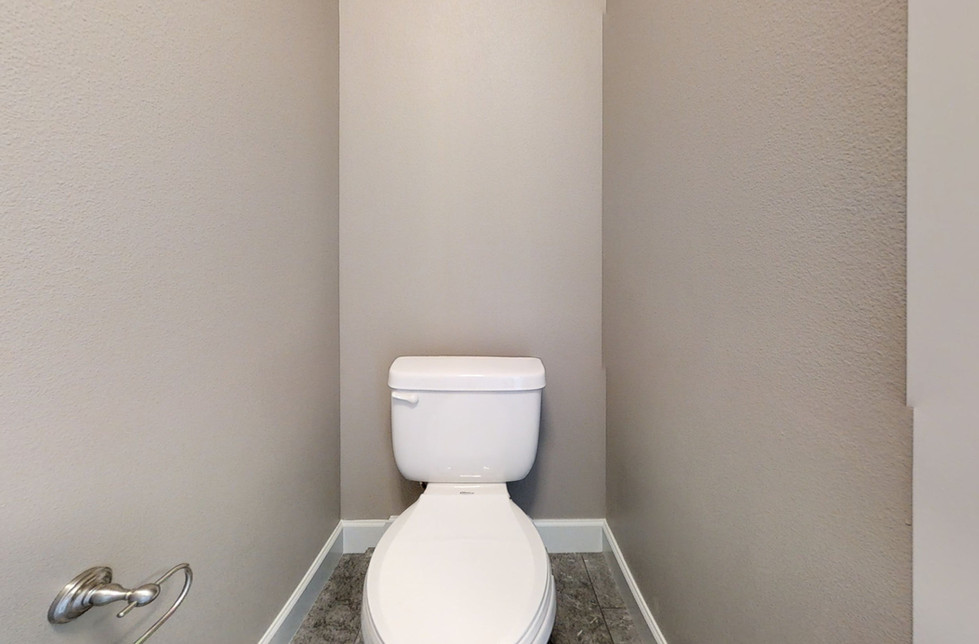 KWc9HqgvifA-Bathroom.jpg