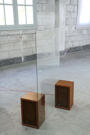 Simona Brinkmann, Salto Mortale at Regard Matrixiels, Treignac Projet. Sound sculpture installation. Speakers, glass, CD playing the interemittent sound of breaking glass. Contemporary art, art and destruction. Broken glass. Paradox.