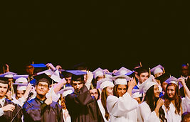 remise de diplomes etudiants chapeaux