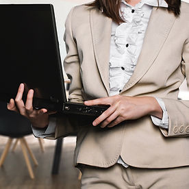 femme tailleur business ordinateur