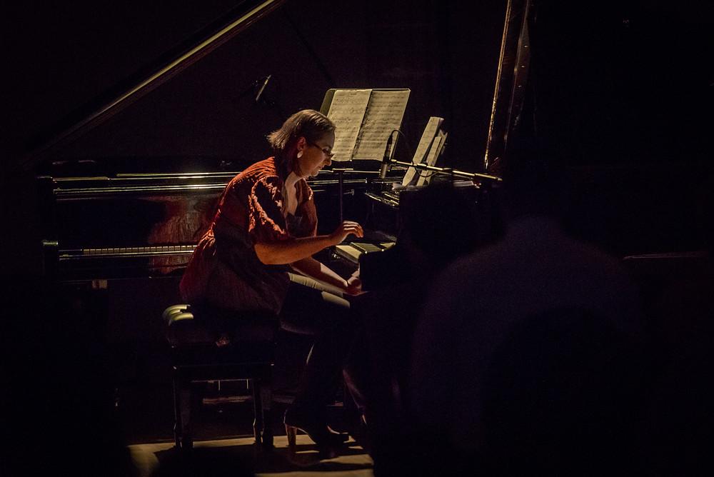 """Kadri-Ann Sumera vaheldas kontserdil """"Kõla = Värv"""" Mart Saare prelüüde nelja verivärske klaveriteosega. FOTO RENE JAKOBSON."""