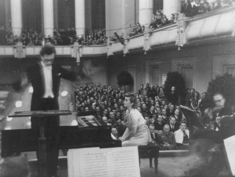 Riigi Ringhäälingu orkestri kontsert 1940ndatel Estonia kontserdisaalis, dirigent Olav Roots, solist Karin Prii-Raudsepp
