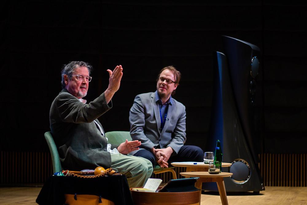 Heliloojad vahetavad kogemusi: Richard Harvey ja Ardo Ran Varres. FOTO VIVIAN AVENT
