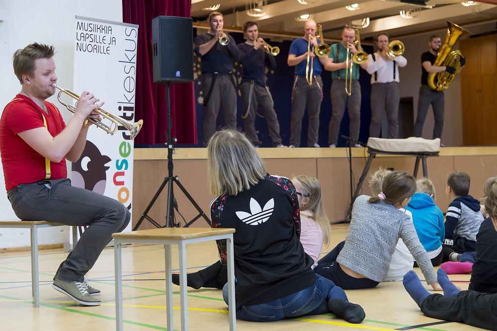 Ansambel Brassical Soomes koolikontsertide festivalil Kaarinas. FOTO BRASSICALI ARHIIV