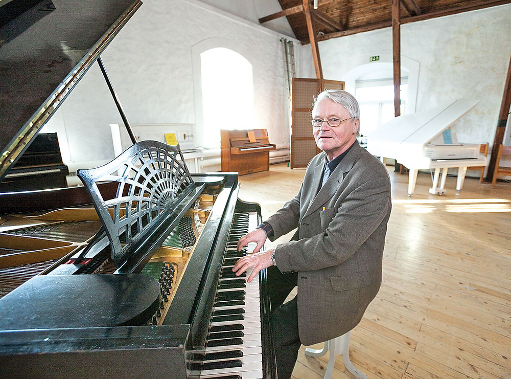 Alo Luunja mõisas oma klaverikoguga. FOTO SCANPIX
