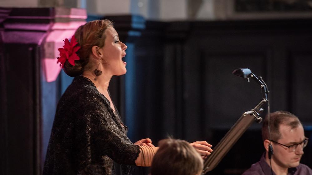 """Kuldar Singi """"Surma ja sünni laulud"""" raputas Iris Oja ja YXUS Ensemble'i kaasakiskuvas esituses hinge. FOTO RENE JAKOBSON."""