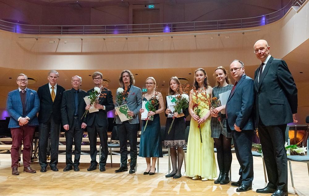 Konkursi finalistid koos žüriiga. FOTO VAHUR LÕHMUS