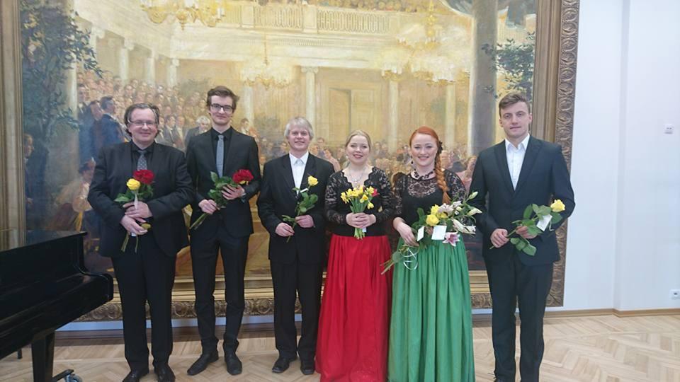 Martti ja Rasmus Andreas Raide, Aleksander Arder, Arete Teemets, Aule Urb ja Tamar Nugis pärast kontserti. FOTO AURI JÜRNA