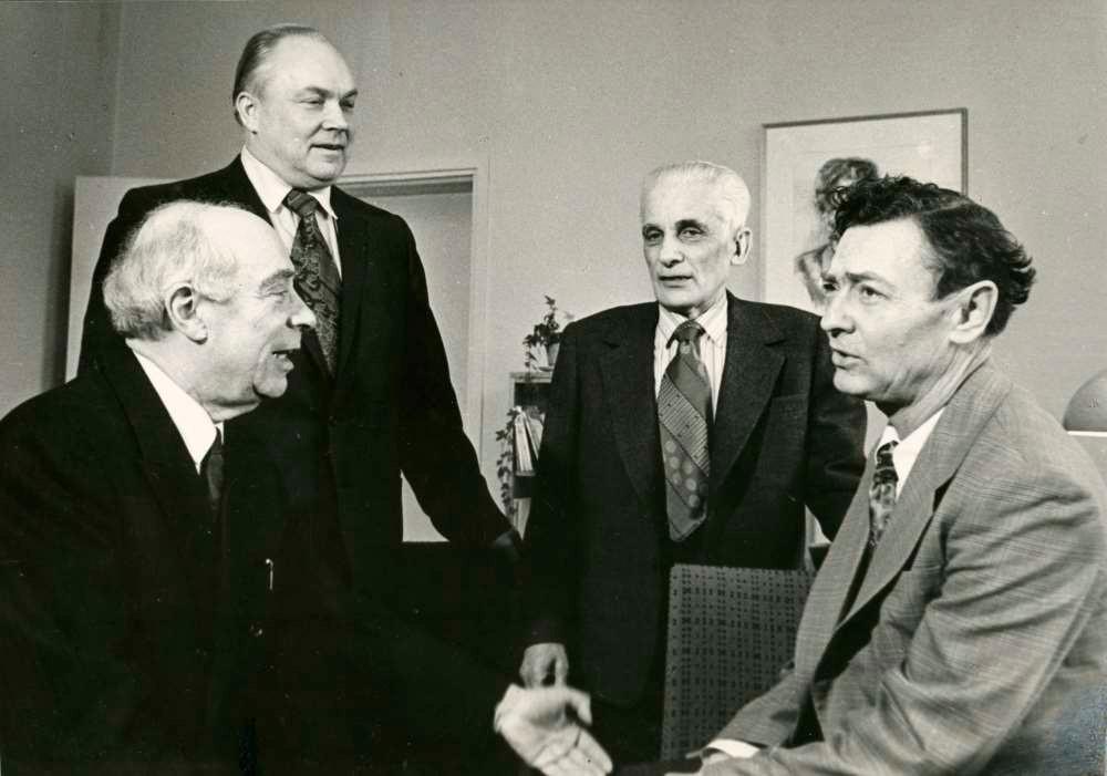 Alumäe kolleegidega konservatooriumist. Vasakult: Eugen Kapp, Artur Vahter ja Villem Reimann.