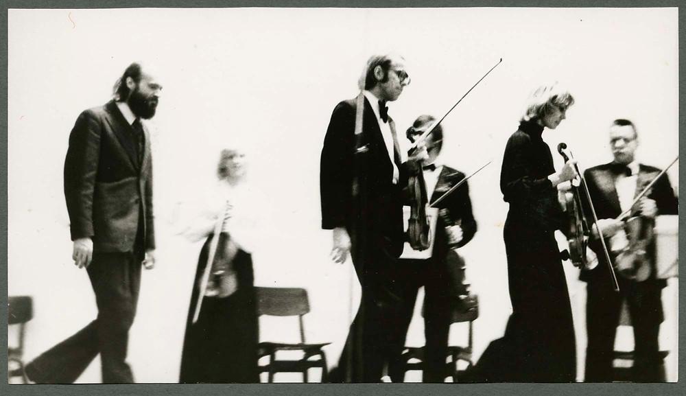 Arvo Pärt, Gidon Kremer ja Tatjana Grindenko 1977. aasta 30. septembril TPI aulas Estonia teatri kammerorkestri ees. FOTO ETMMI KOGUST