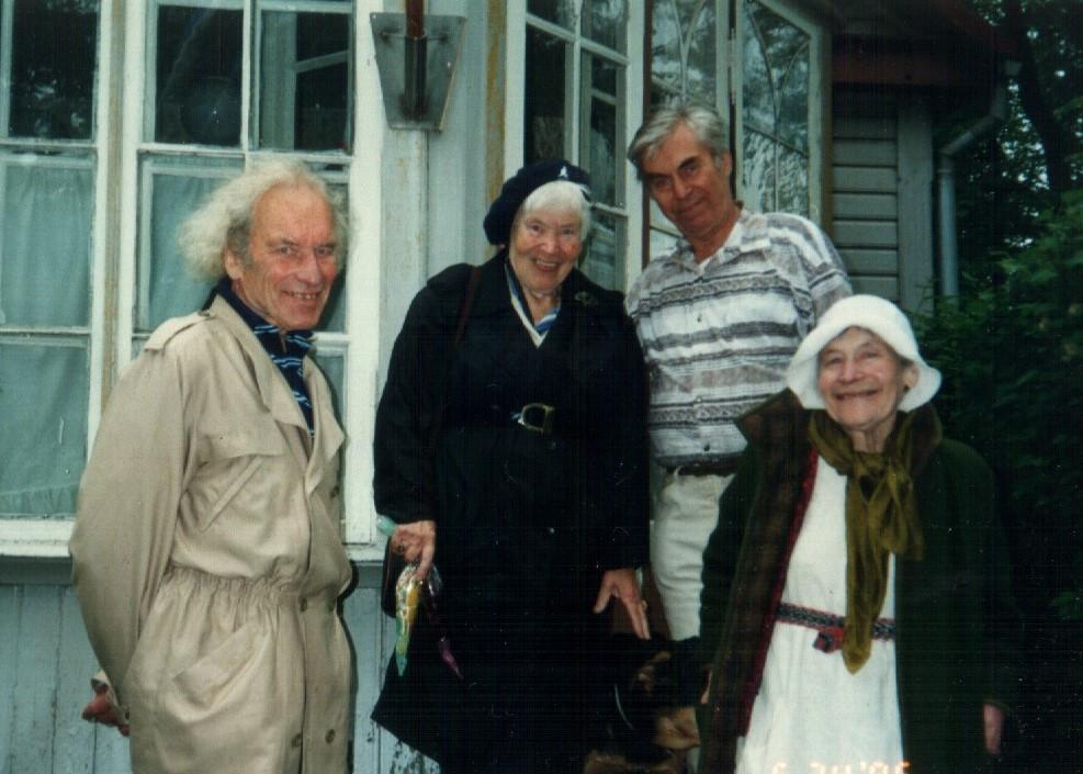 1996. aastal Jüri Pärja koduaias Võrus. Paremalt: õed Mall ja Mannj ning vend Hans. FOTOD ERAKOGUST