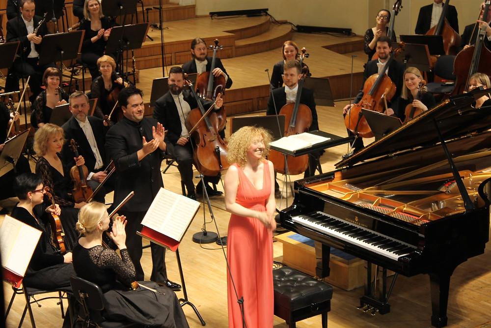 Pianist Irina Zahharenkova, dirigent Robert Trevino ja ERSO. FOTO ERSO