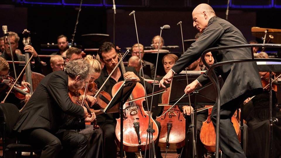 Paavo Järvi EFO ees, tänavune kontsertmeister oli Philippe Aiche Orchestra de Paris'st. FOTOD KAUPO KIKKAS