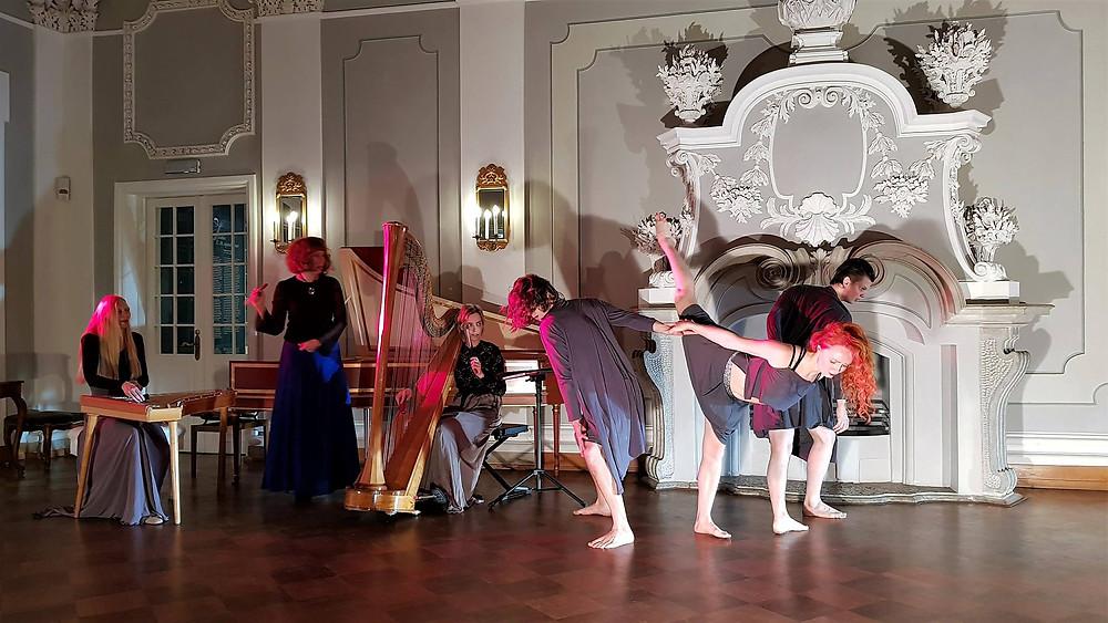 """Tantsuetendus """"Ilu metamorfoosid"""" jaanuaris 2018 Kadrioru lossis, koreograafia Maria Goltsman. FOTO ERAKOGUST."""
