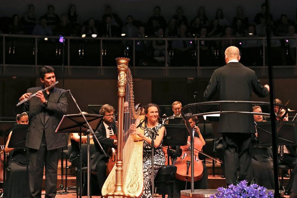 Festivali avakontserdil olid Sinfonietta Riga ees säravad solistid - Pariisi orkestri esiflötist Vincent Lucas ja Berliini filhamoonikute esiharfist Marie-Pierre Langlamet, juhatamas Paavo Järvi. Foto Taavi Kull