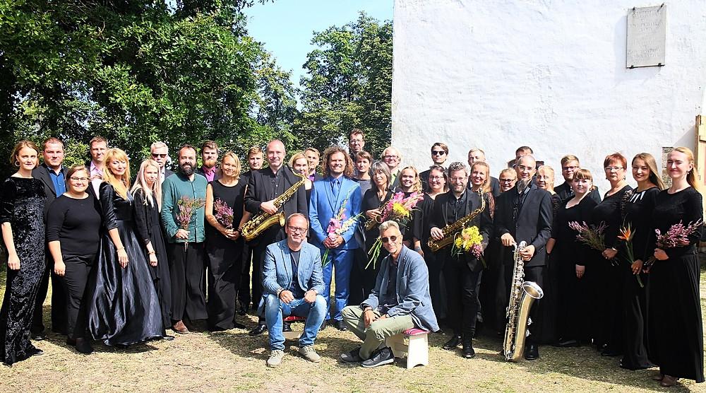 Collegium Musicale, Rascher Quartet, dirigent Endrik Üksvärav ning heliloojad Erkki-Sven Tüür ja Tõnu Kõrvits pärast kontserti Pühalepa kiriku ees.
