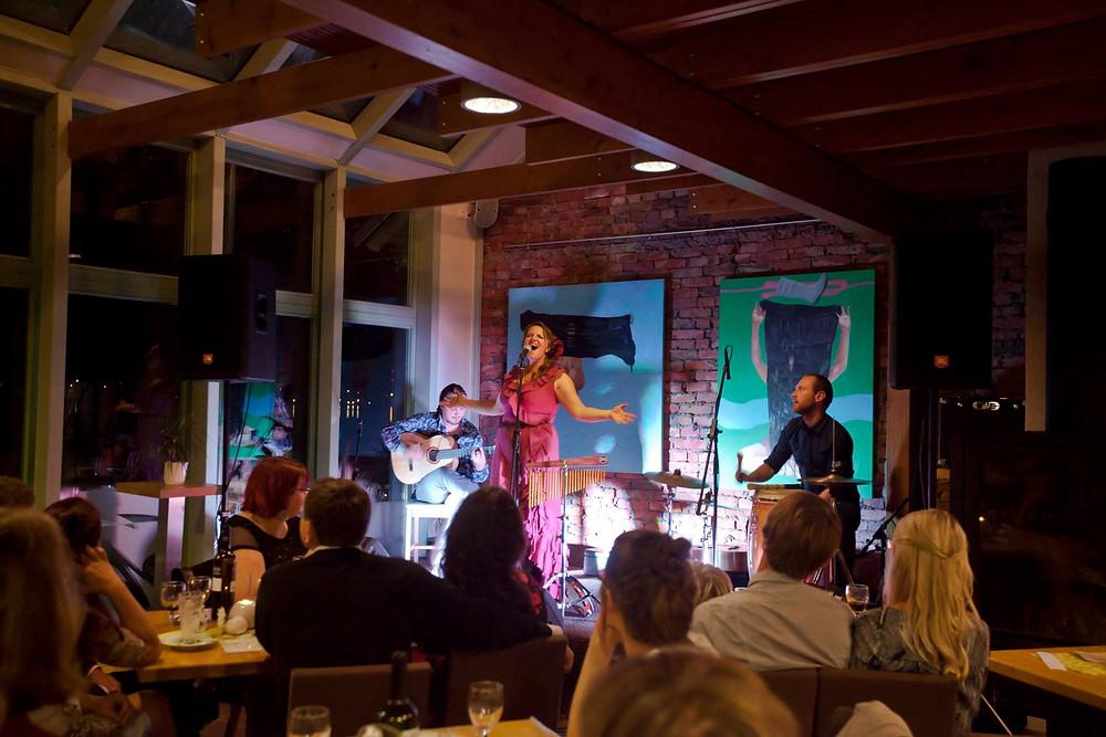 Hedvig Hansoni trio 2015. aasta sügisel Võru Jazziklubi laval. FOTO KRISTEL ONNO