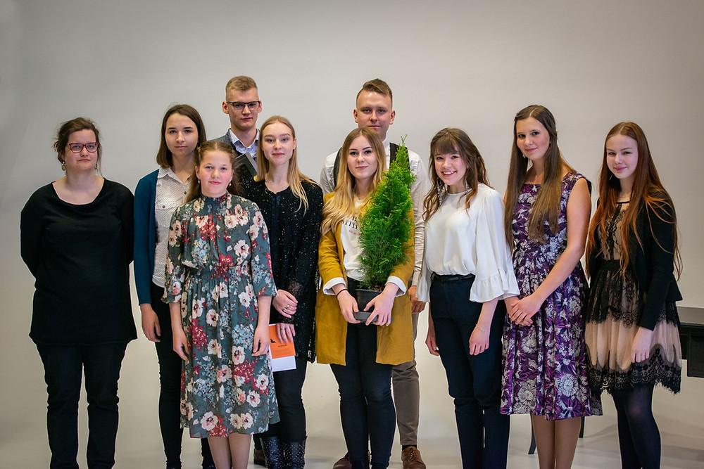 """Noored heliloojad, keskel võidukas Anna-Margret Noorhani """"auhinnapuuga"""". FOTO RENE JAKOBSON"""