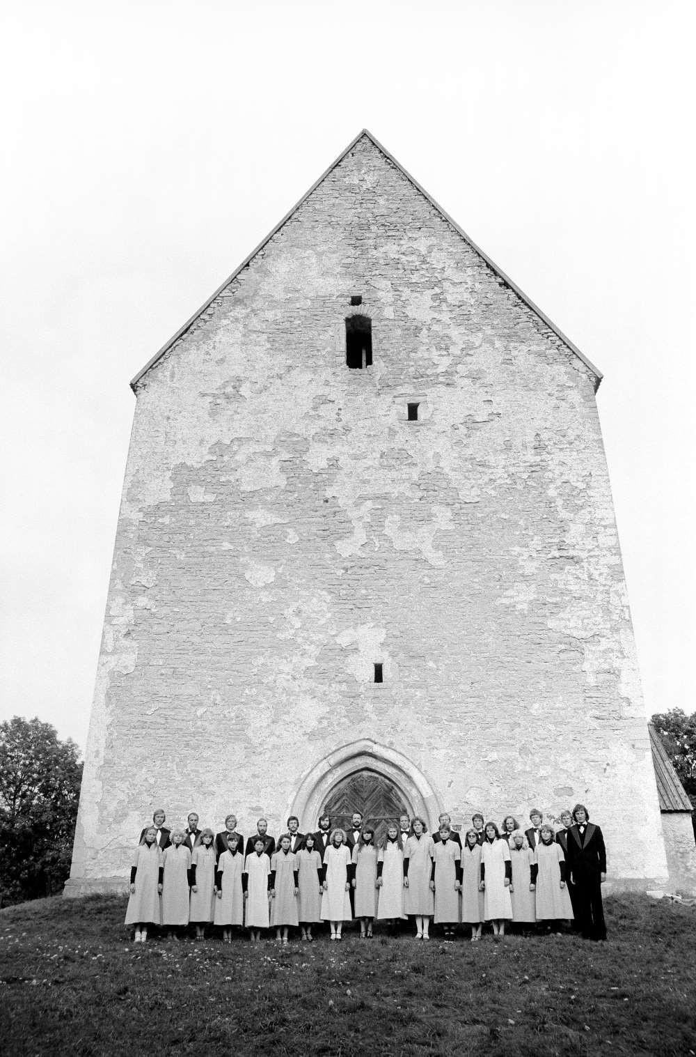 Vastsündinud Eesti Filharmoonia kammerkoor 1981. aastal Muhu kiriku ees. FOTO TÕNU TORMIS