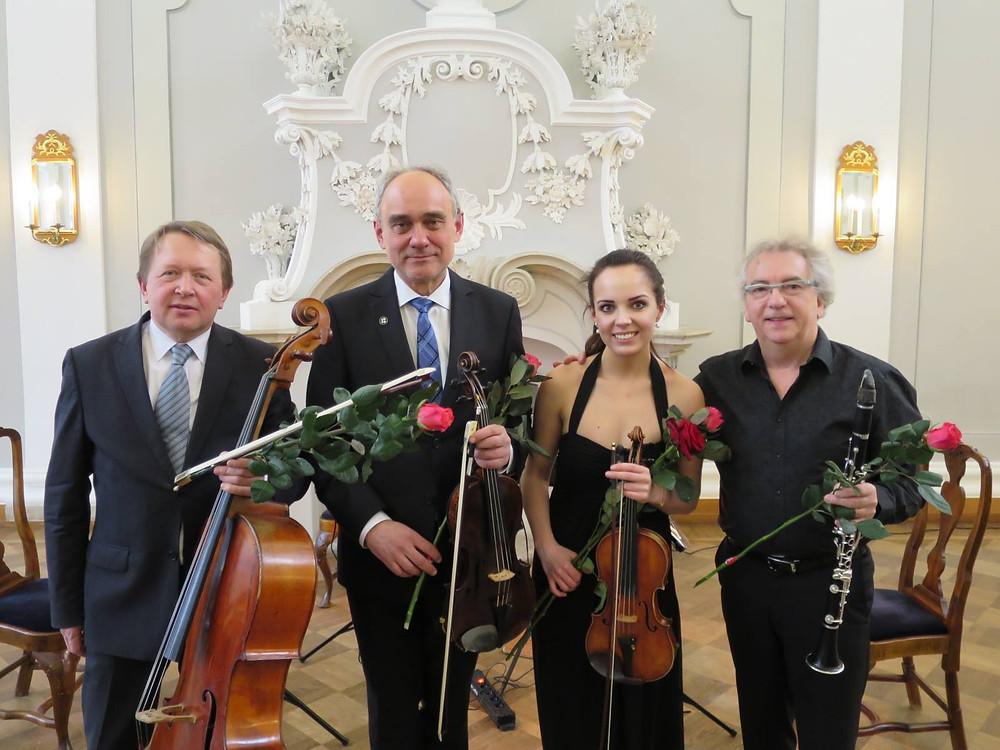 Aare Tammesalu koos Toomas Nestori, Mari-Liis Uibo ja klarnetist Hedwig Swimberghega Kadrioru lossis 25. märtsil 2018.