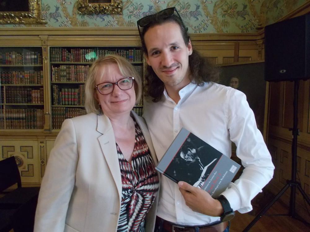 Kristel Pappel üle andmas Valentin Schwarzile raamatut oma abikaasast lavastaja Joachim Herzist. FOTO MONIKA BEER