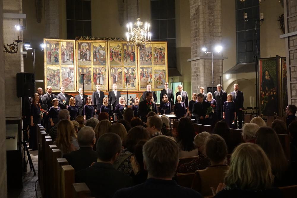 Eesti Filharmoonia Kammerkoor, solist Conrad Steinmann ja dirigent Paul Hillier Niguliste kirikus. FOTO EFK