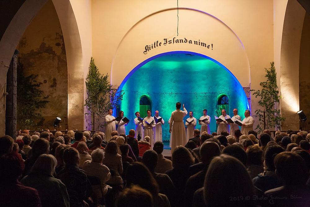 Püha Danilovi kloostri meeskoor Suure-Jaani tänuliku publiku ees. FOTO JAANUS SIIM