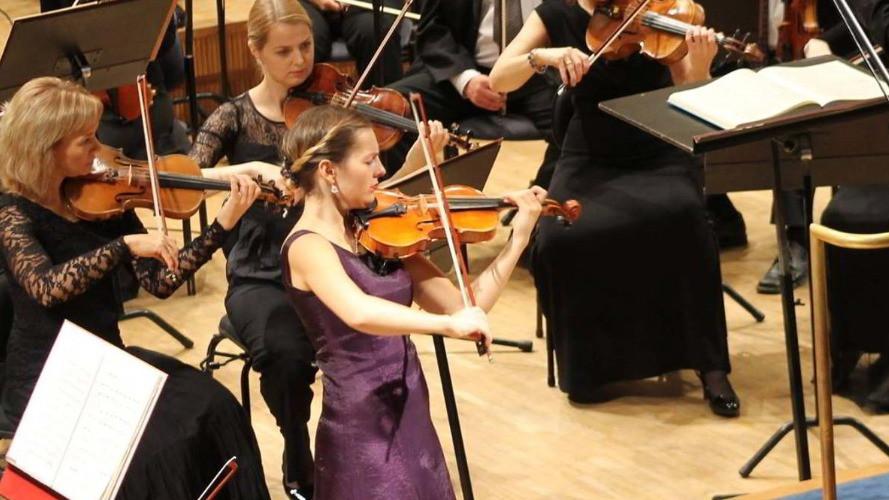 Viiuli kategooria II preemia Linda-Anette Suss esitamas ERSOga Sibeliuse viiulikontserti. FOTO ERSO