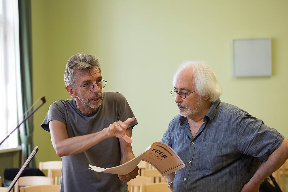 """Erkki-Sven Tüür räägib kammerorkestri proovis oma teosest """"Lighthouse"""",  paremal Lev Markiz"""
