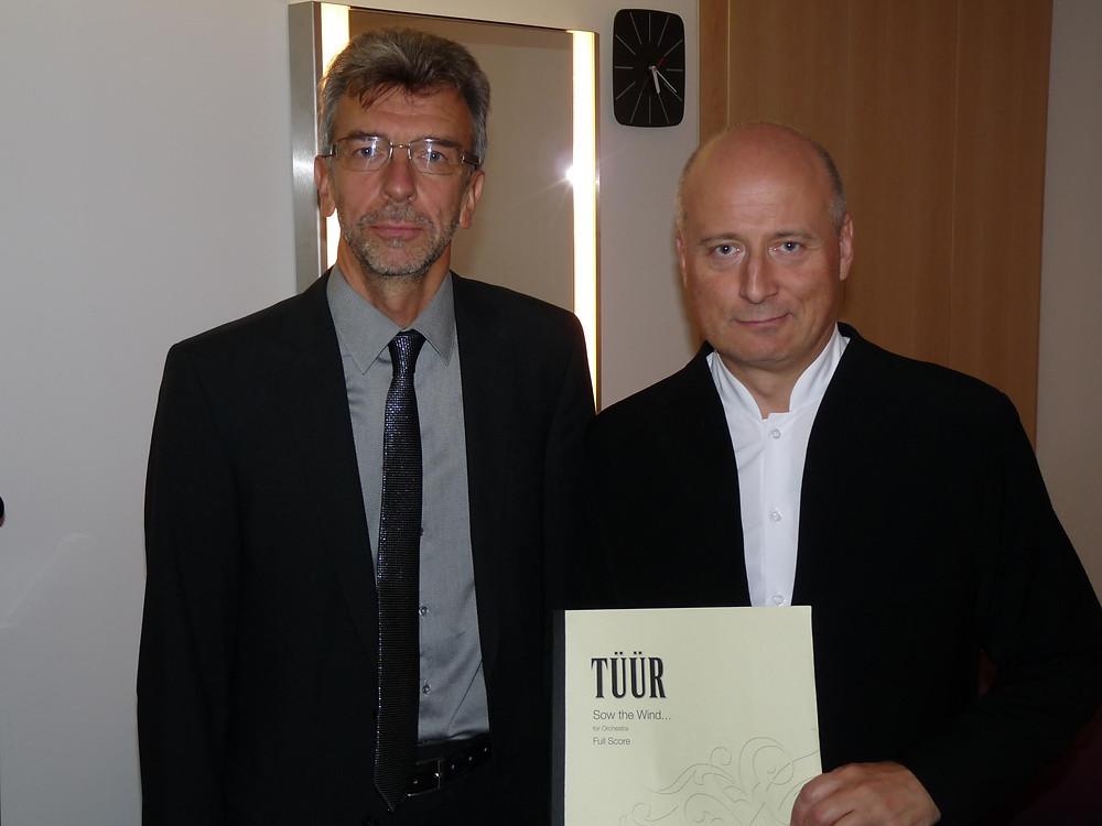 """Erkki-Sven Tüür ja Paavo Järvi 20. septembril 2015 pärast """"Sow the Wind …"""" esiettekannet Pariisi filharmoonias. FOTO STEFAN CONRAD"""