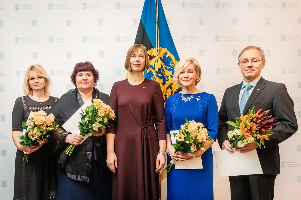 Keskel president Kersti Kaljulaid, paremal tšelloõpetaja Mart Laas. FOTO ARNO MIKKOR