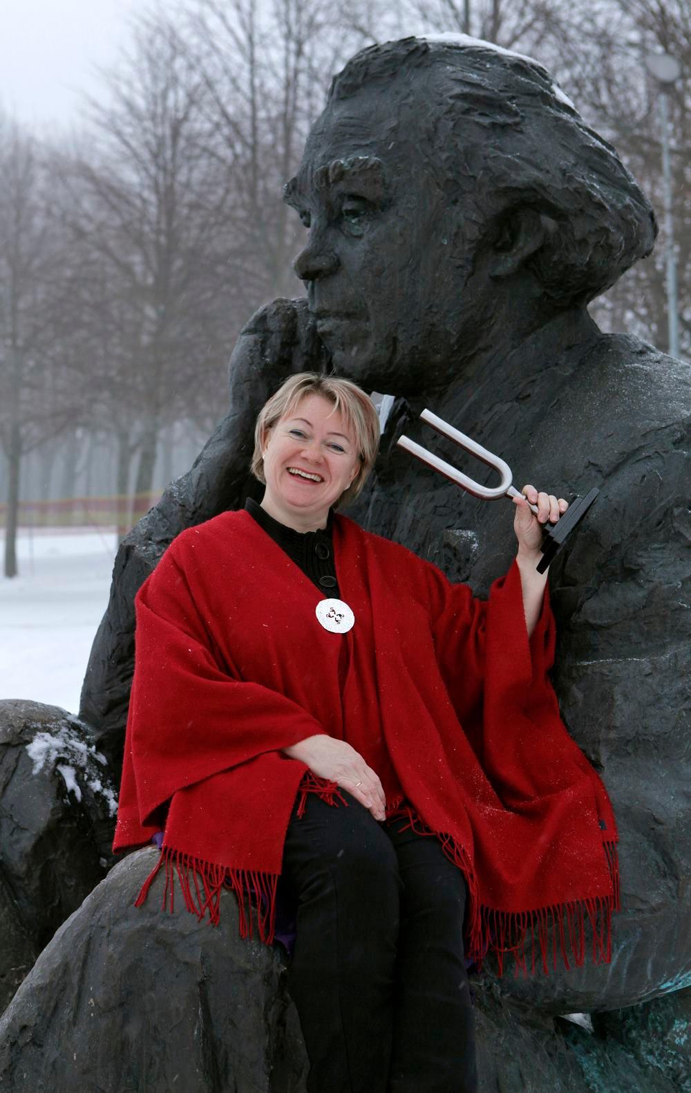 """Lauluisaga"" Gustav Ernesaksa preemiat saades. FOTO SCANPIX / SVEN ARBET"