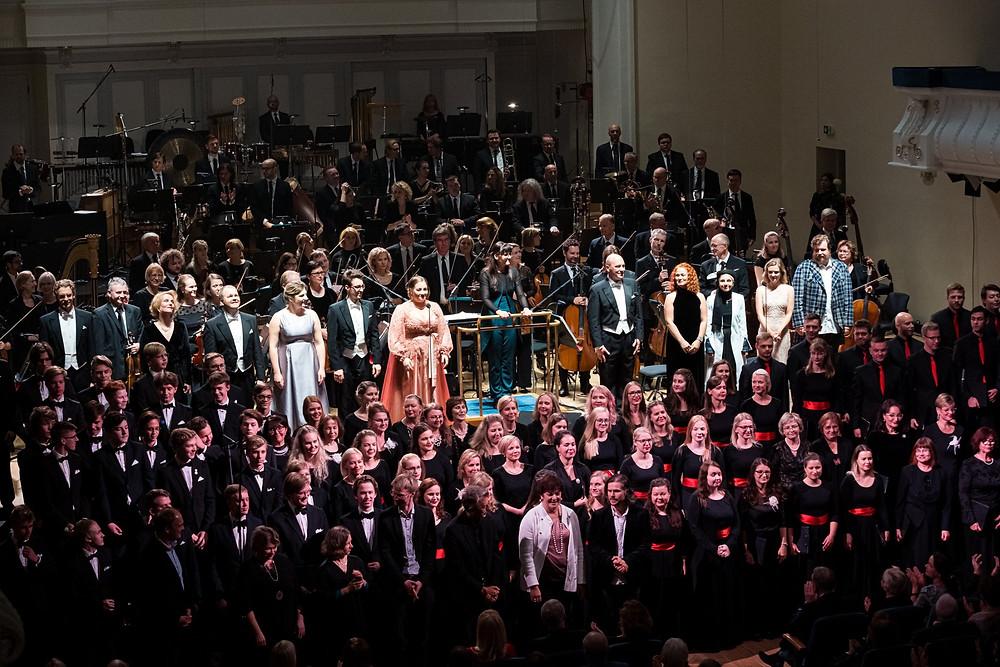 Dirigent Ingrid Roose, ERSO, koorid ja solistid suure projekti lõpusirgel. FOTO GUNNAR LAAK
