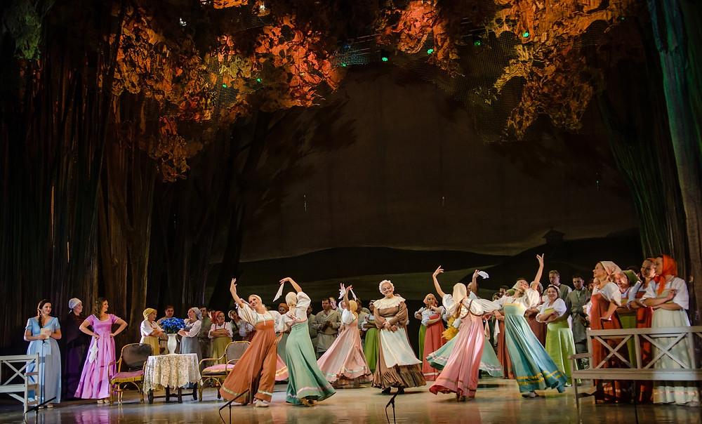 """Valgevene Rahvusliku Akadeemilise Suure Ooperi- ja Balletiteatri klassikaline ja suurejooneline """"Jevgeni Onegin"""". FOTO HEITI KRUUSMAA"""