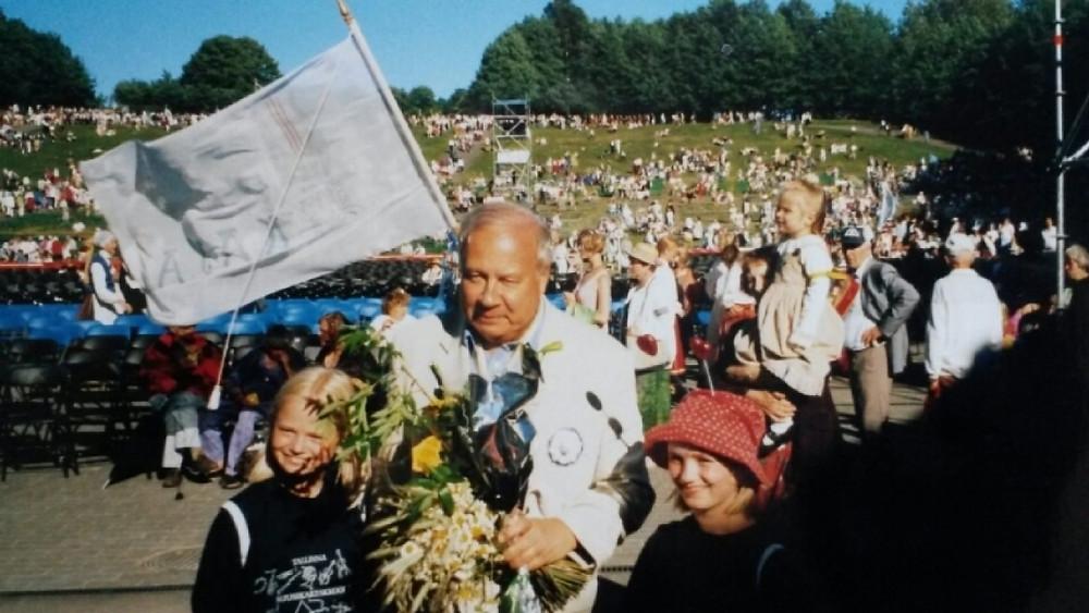 Triin (vasakul) ja Kärt Ruubel muusikakeskkooli lastena laulupeol.