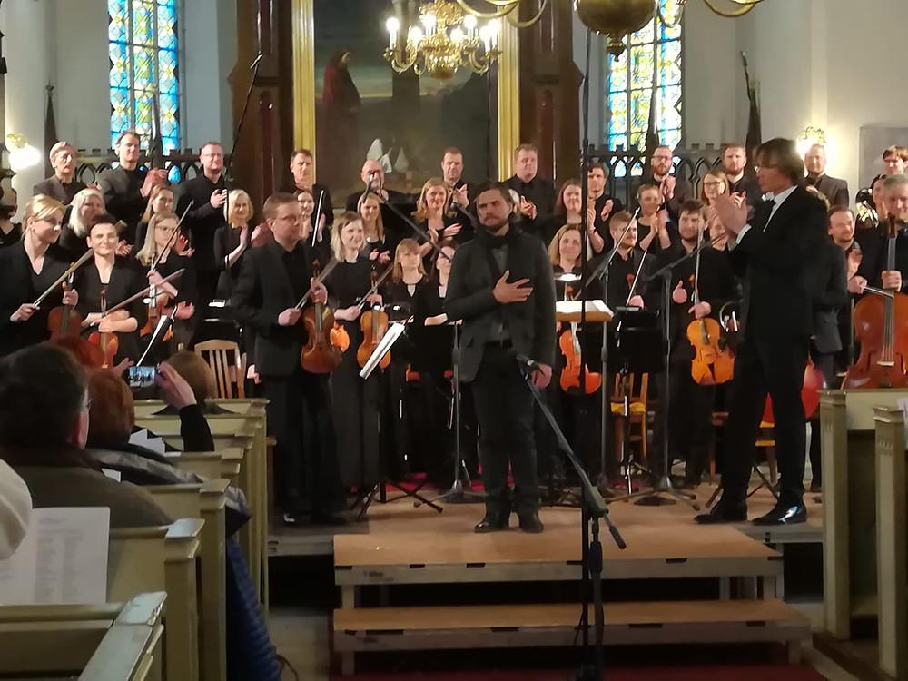 Ülo Krigul, Eesti Filharmoonia kammerkoor ja Tallinna Kammerorkester, dirigent Kaspars Putniņš pärast esiettekannet.