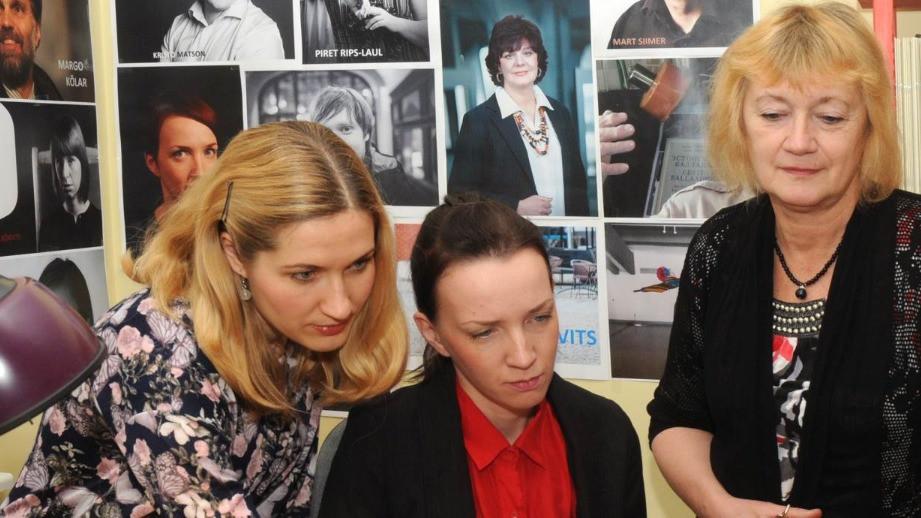 Eesti Muusika Infokeskuse toimekas meeskond oma kontoris (vasakult): toimetajad Agnes Toomla ja Mariliis Valkonen ning direktor Evi Arujärv. FOTO GEORGI VESTEL