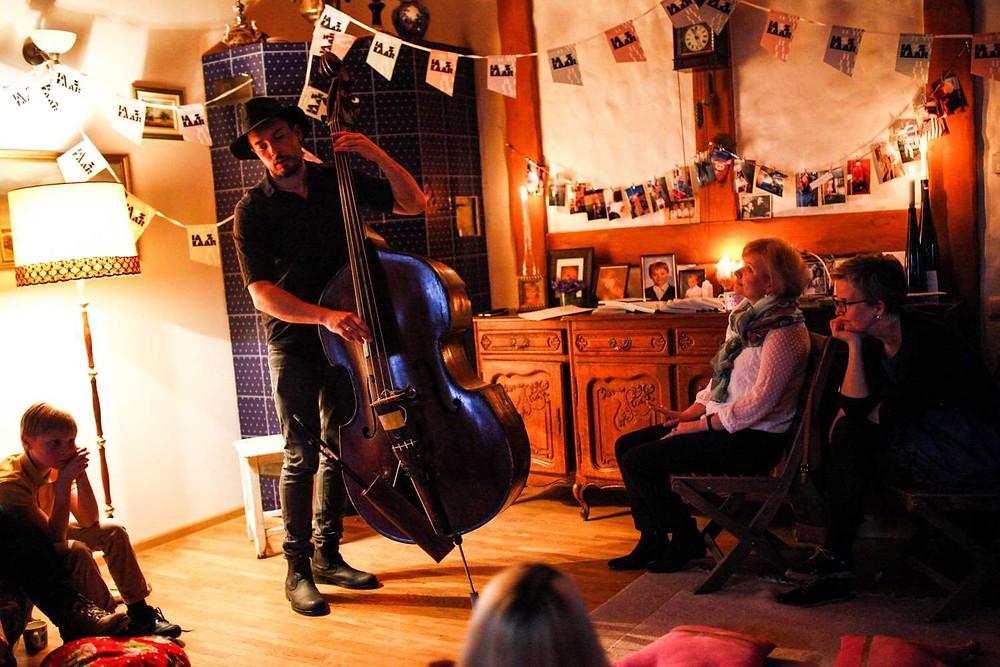 "Norra muusik Steinar Raknes ""Jazzkaare"" kodukontserdil. FOTO KAISA KEIZARS"