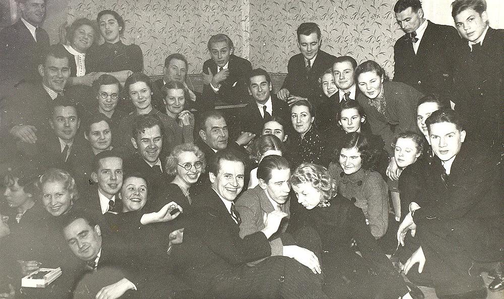 1939. aasta jõulupidu Tartu Kõrgemas Muusikakoolis. 1. reas paremalt kolmas Mall Sarv, keskel Eduard Oja, tema taga Heino Eller. Foto: Elleri muusikakooli arhiiv.