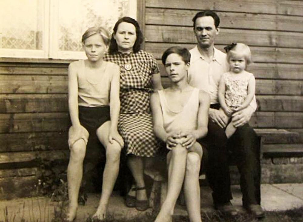 Põldmäede pere 1957. aastal Elvas, vasakult: Alo, ema Aino, vend Jaak, isa Rudolf, õde Mare.