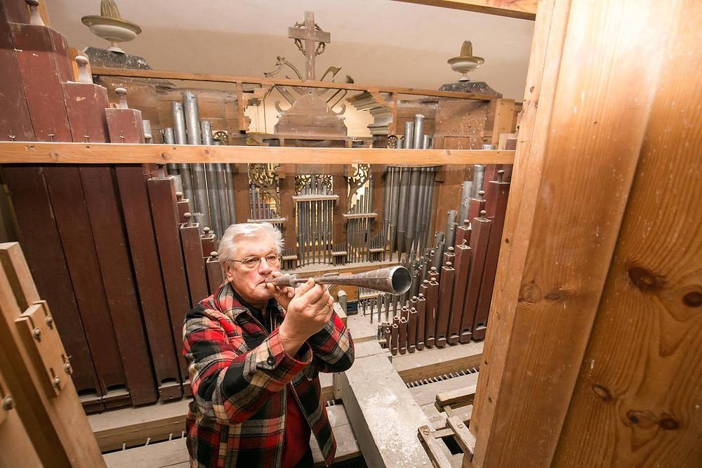 Hardo Kriisa Paide kirikus. Paide kogudus plaanib Eesti vabariigi 100. aastapäevaks ehitada lõpuni kiriku oreli. 1933. aastal vendade Kriisade (Juhan, Jakob ja Tannil) poolt valminud orelil puudub kolm keelregistrit (Oboe, Trompete ja Posaune). Töö viib nüüd lõpuni Hardo Kriisa, kes on pilli palju aastaid ka hooldanud. FOTO JÄRVA TEATAJA