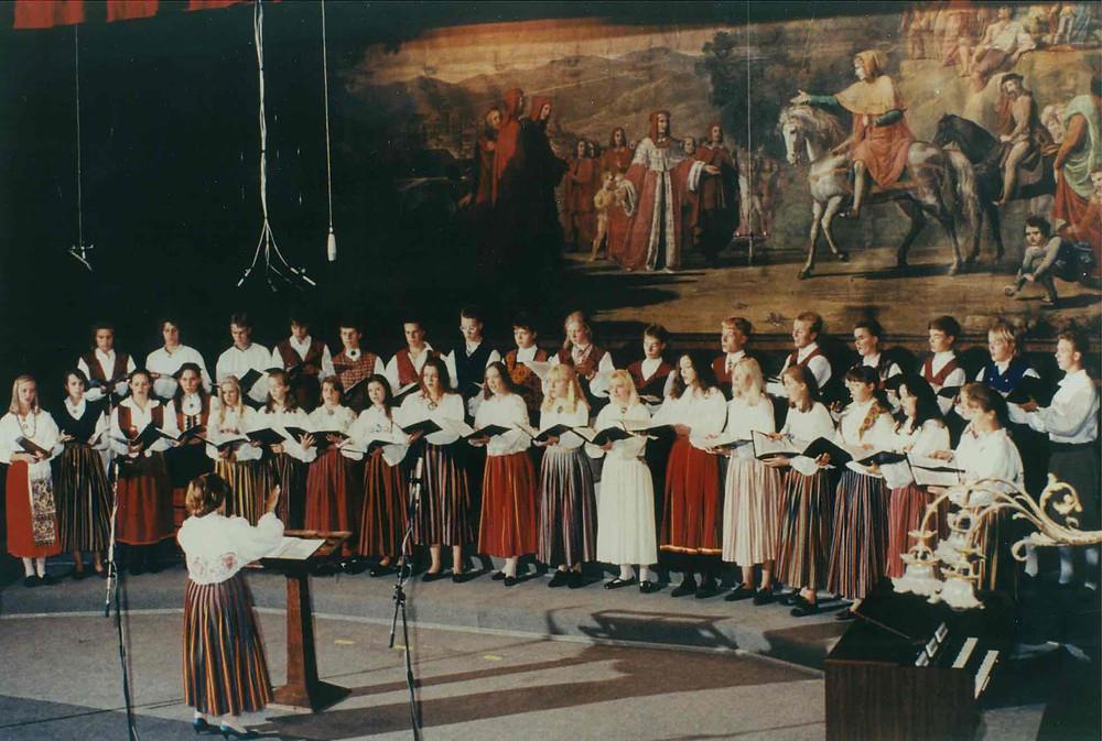 TMKK kammerkoor rahvusvahelise konkursi laval 1994 Itaalias, juhatab Evi Eespere. FOTOD ERAKOGUST