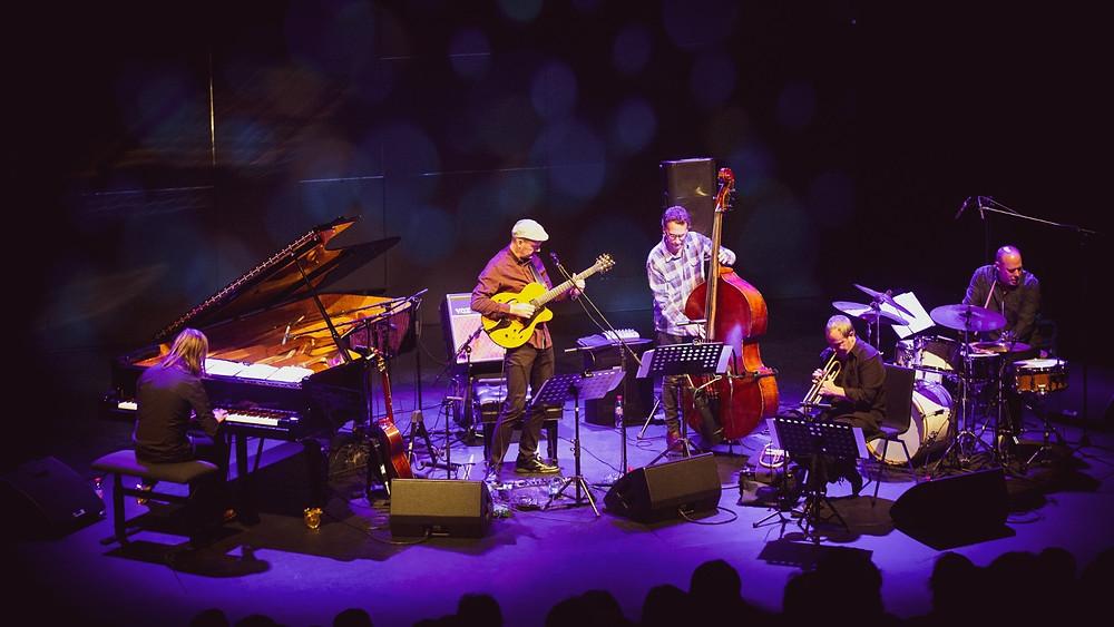 Jazzitipp Wolfgang Muthspiel alustas maailmatuuri Kumu lavalaudadel. FOTO MARKO KIVIMÄE