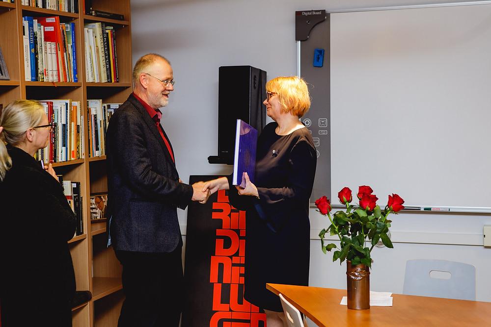 Kristel Pappel tänamas  Berliini kunstide akadeemia arhiivi teatriosakonna juhataja Stephan Dörschelit. FOTO RASMUS KOOSKORA