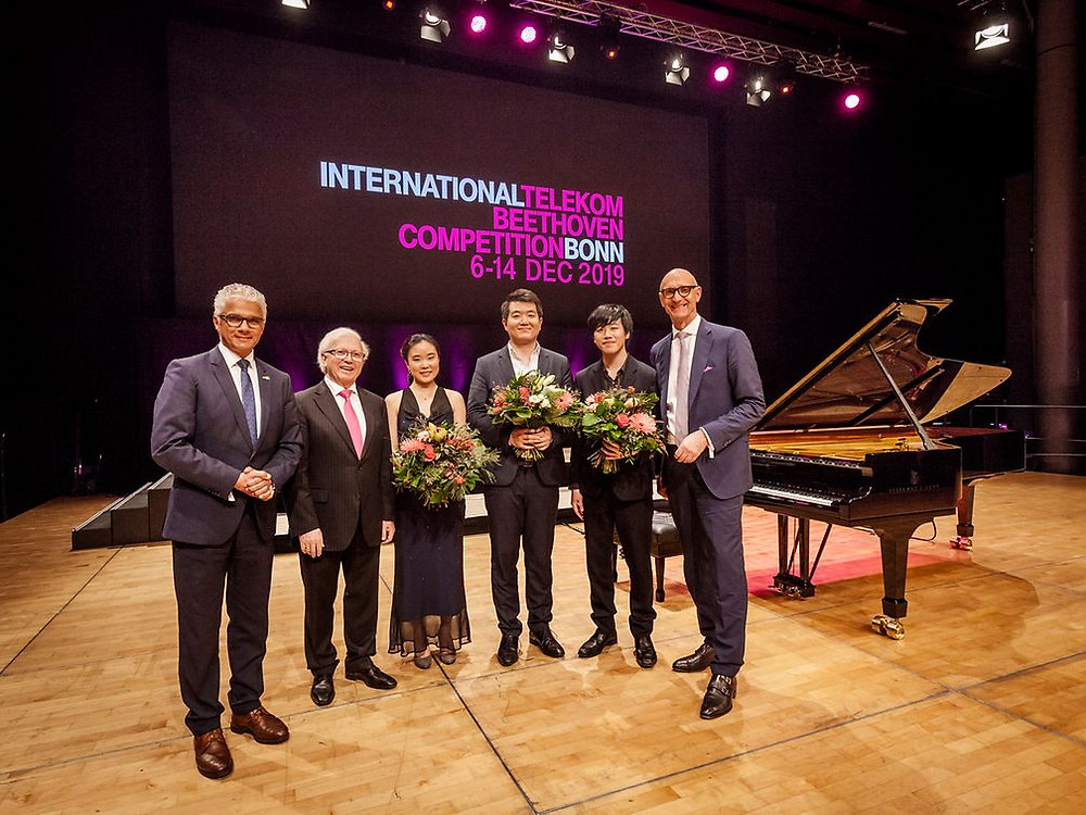 Bonni linnapea Ashok Sridharan, Pavel Gililov, Shihyun Lee, Cunmo Yin, Yuto Takezawa ja Tim Höttges (vasakult paremale). FOTO telekom.com