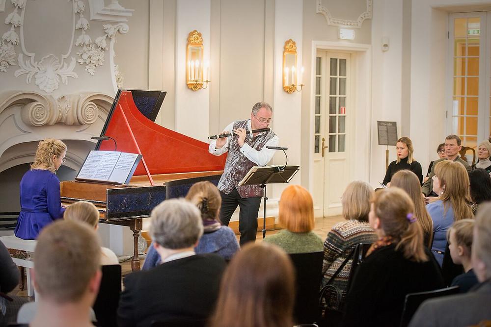 """Ereda kontserdi andis """"Cecilianal"""" flöödimängija ja vanamuusikaansambli Florilegium eestvedaja Ashley Solomon koos Imbi Tarumiga (klavessiin). FOTO RENE JAKOBSON."""