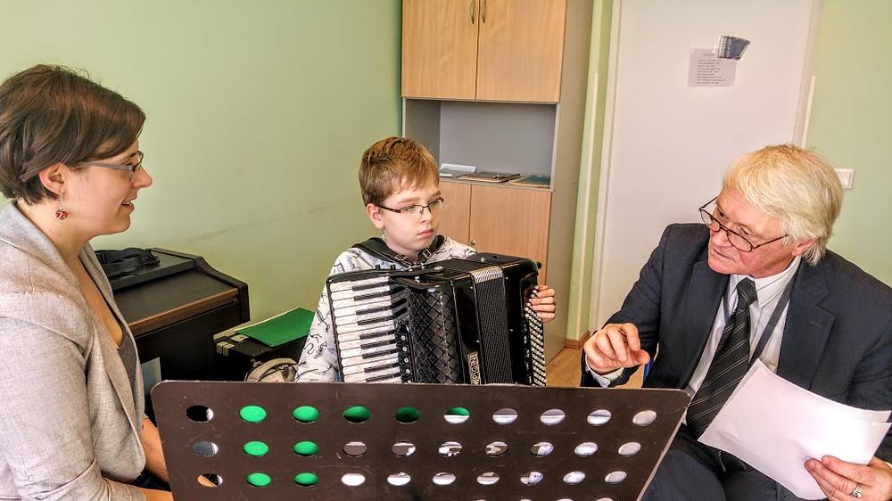 Alo Põldmäe koos õpilase Mati Ledenjovi ja õpetaja Aivi Tilgaga.